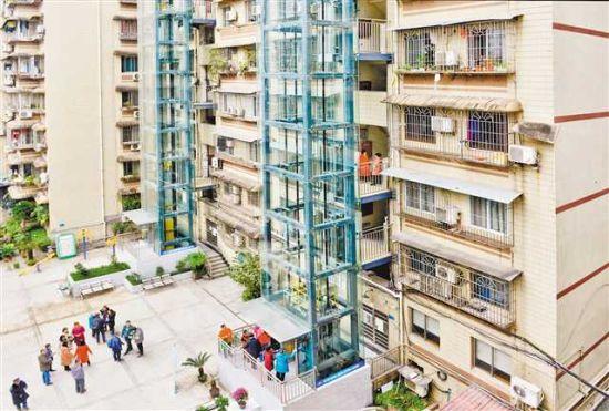 12月25日,渝中区鹅岭山庄B栋1单元、2单元新加装的电梯投用。记者 张锦辉 摄