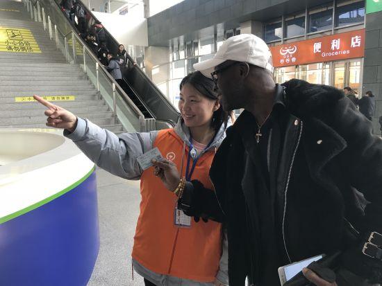 涪陵北站黨團員青年志愿者們上前為他解答疑問