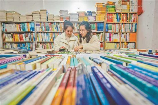 重庆大学A区的一家二手书店,出售的书大部分是教材。