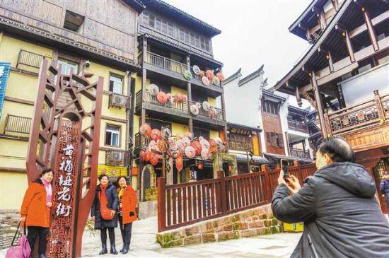 1月3日,修缮一新的南岸区黄桷垭老街引来游客观光游玩。记者 张锦辉 摄