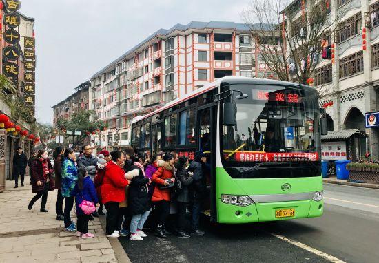 公交开进安居古城。赵武强