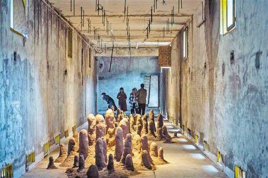 """一月八日,在""""柳荫粮仓·艺术存储与萌芽计划""""展览上,市民在观看展览。赌博娱乐官网 龙帆 摄"""