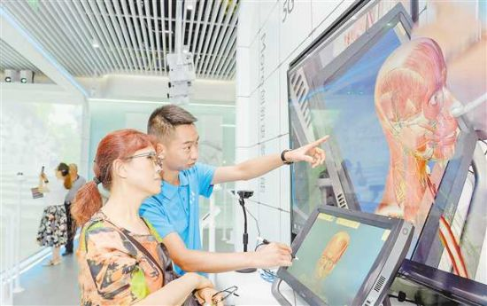 在礼嘉智慧体验园区,市民感受基于5G网络、采用MR混合现实技术的立体心脏在医疗教学方面的应用。