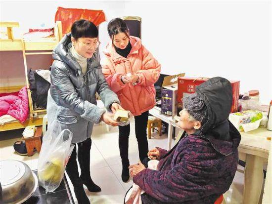社区干部走进扶贫干部家里关爱老人。(受访者供图)