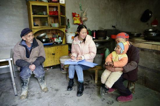 图为赵昌芳走访贫困户。市人社局供图