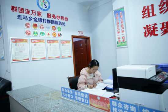 图为赵昌芳整理工作资料。市人社局供图