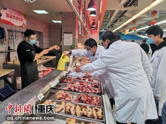 江(jiang)津區疾控中xing)墓?魅ren)員在超市對肉攤進(jin)行(xing)預(yu)防性消毒指導