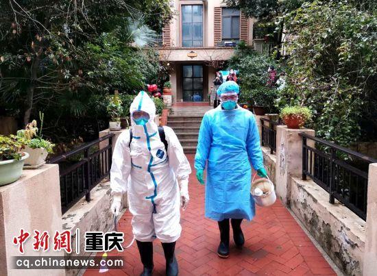 江津区疾控中心消杀工作队准备进行入户消杀工作