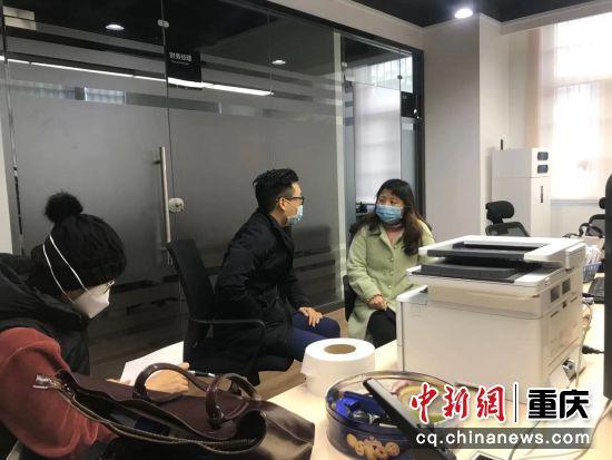 图为交行团队与海润公司沟通企业需求 交行重庆市分行供图