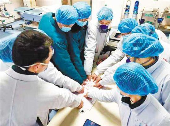 医护人员在请战书上按手印。受访者供图