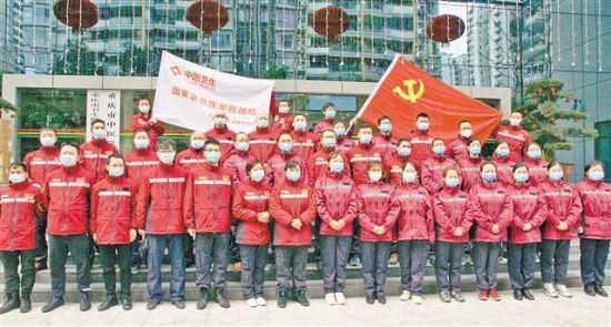 2月4日,重慶市(shi)向(xiang)湖(hu)北派出的第四批援鄂醫療隊出發(fa)。記者 魏中(zhong)元(yuan) 攝