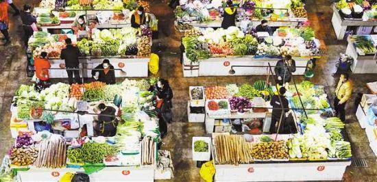 2月5日,萬盛經開區萬東鎮菜市場,市民正在購買蔬菜。新型冠狀病毒感染(ran)的肺炎疫(yi)情發生(sheng)後,萬盛各(ge)大(da)超市和菜市場加大(da)了蔬菜等(deng)食品(pin)的采(cai)購量和配送(song)量,全力保障xian)諧」┬ying),確保人民群眾(zhong)生(sheng)活不(bu)受影響(xiang)。特約攝影 曹永(yong)龍(long)