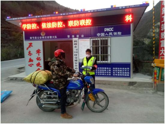 鹤峰乡警保联动劝导站为途经站点的摩托车驾驶员询问登记。