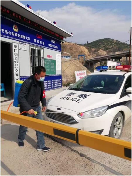 夔门警保联动劝导站为途经站点的工作车辆消毒。