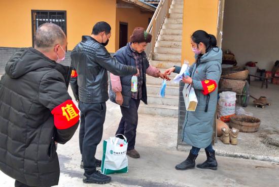党员志愿者为村里贫困户送去疫情防控物资和生活用品。龙河村供图