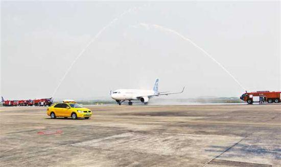 3月25日,重庆江北国际机场,抗疫英雄专机通过水门。
