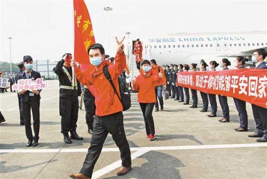 三月二十五日,重庆江北国际机场,重庆支援武汉医疗队三百五十九名队员凯旋。本组照片均由记者卢越摄
