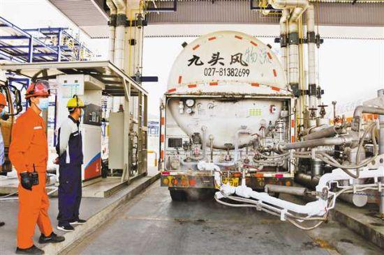 等待装LNG的车辆。(中国石化重庆石油涪陵LNG工厂供图)