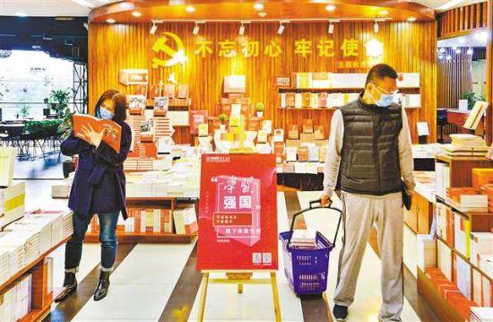 3月12日,渝中區解放碑新華書店,市民在選購書籍。記者 齊嵐森 攝