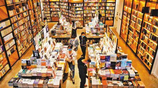 3月22日,市民在南岸區南濱路精典書店讀書購書。特約攝影 郭旭