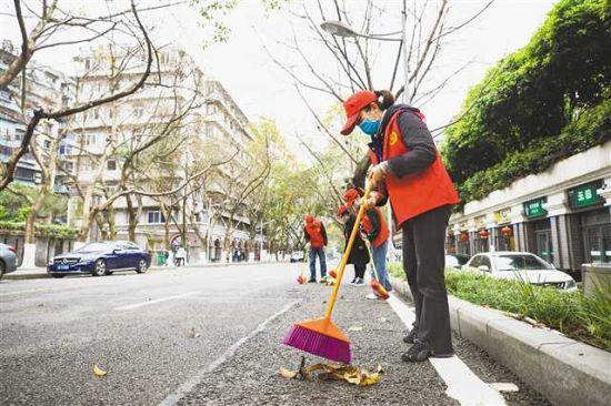 4月2日,渝中區干部群眾走上街頭巷尾,開展城市衛生大掃除。通訊員 彭鏞 攝