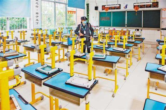 4月2日,渝北區東和春天實驗學校,雖然還沒開學,但學校還是安排有值班人員每天對廁所、下水道、教室等重點區域進行消殺。首席記者 崔力 攝
