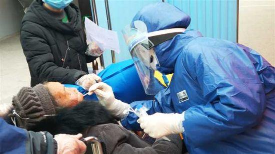 2月10日,潼南區人民醫院發熱門診,醫務人員為疑似患者采取咽拭子標本
