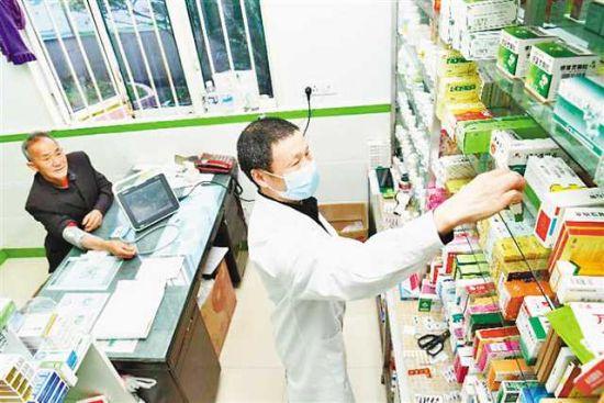 四月八日,璧山四面山村七孔子卫生院,村医正在给贫困患者(左)拿药。通讯员 谢捷 曾清龙 摄