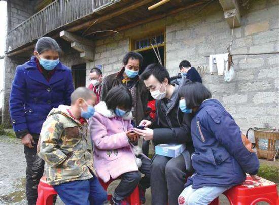 疫情防控期间,工作人员为困难家庭学生送去网络学习终端 摄/成蓉