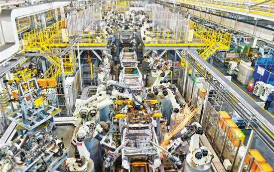 三月二十日,在位于重庆两江新区的长安汽车两江基地乘用车工厂焊接车间整车线,机器人正在作业。记者 张锦辉 摄