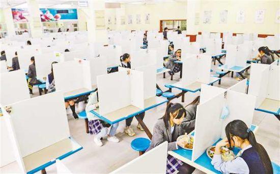 四月二十日,位于两江新区的礼嘉中学,学生食堂安装了隔离挡板,同学们有序就餐。记者 张锦辉 摄