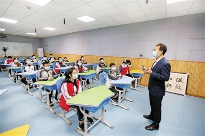 周迎春老师在给同学们讲开学第一课。 上游新闻记者 钱波 摄