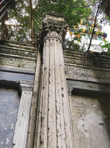 图为最显眼的一根罗马柱。 何浩 摄影
