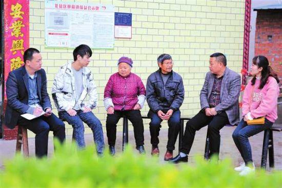 民政局工作人员到柳荫镇西河村困难群众家中走访