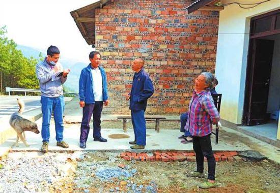民政局工作人员到金刀峡镇入户调查困难群众基本生活情况