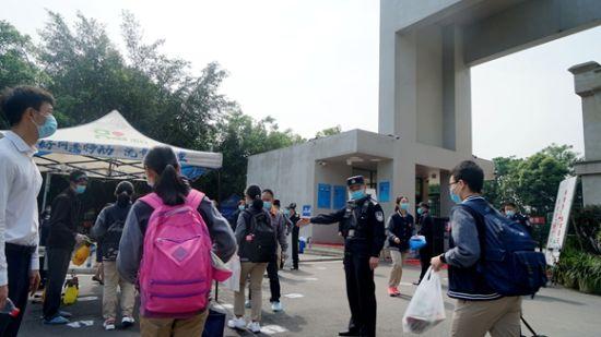 民警守护学校开学安全。江北警方供图 华龙网-新重庆客户端发