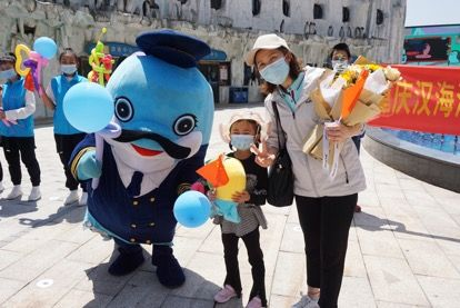 重庆援湖北医疗队员与汉海吉祥物合影。