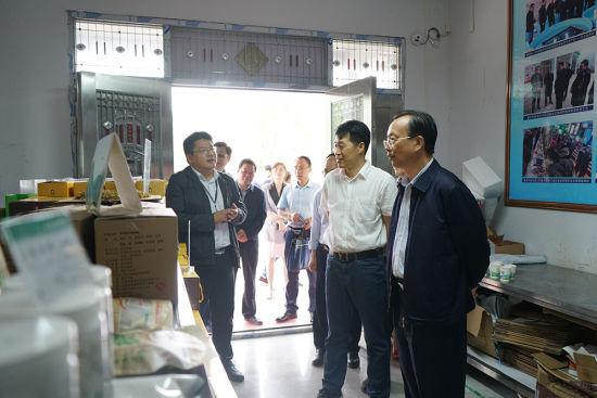 图为农工党重庆市委会一行考察三建乡电商服务中心。农工党重庆市委会供图
