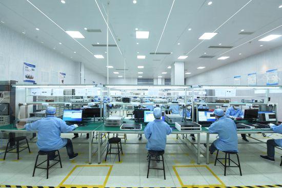 图为工作人员正在检测中心实验室工作。 陈超 摄