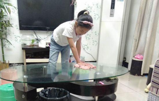 图为学生在抹桌子。吴海燕 摄