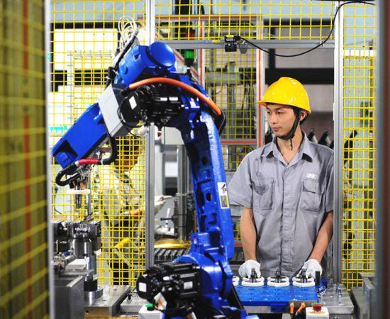 位于璧山高新区的真人网上赌钱龙润汽车转向器有限公司,技术人员正在操作机器人。曾清龙 摄