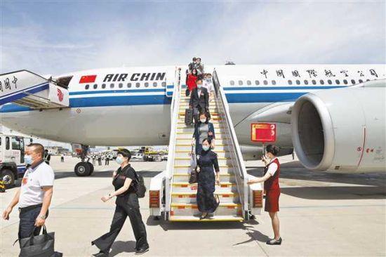 五月二十日,出席十三届全国人大三次会议的重庆代表团抵达北京。记者 巨建兵 摄