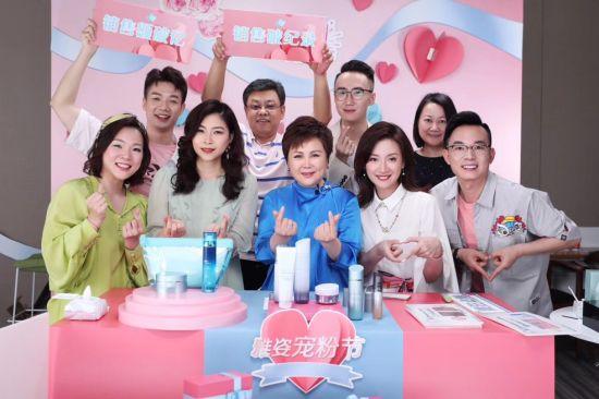 安利(中国)总裁余放(前排左三)与直播团队。安利供图