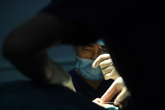 图为吴一正在为患者做手术。陈超 摄