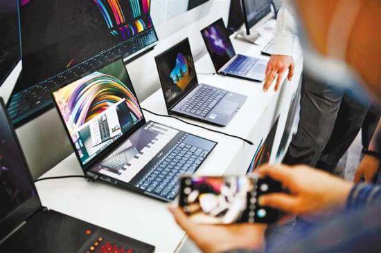 5月21日,重庆市电子信息制造业高质量发展新闻发布会现场展示的最新电脑产品。记者 谢智强 摄