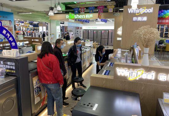图为市民正在沙区各商场购买家电。通讯员 喻庆 摄