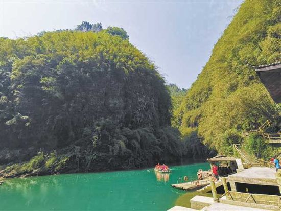 游客在国家5A级旅游景区彭水阿依河游玩