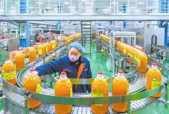 益海嘉里(重庆)粮油有限公司食用油脂数字化包装车间 摄/万难