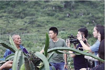 ▲张楷鸣(左三)在田间地头拍摄 受访者供图