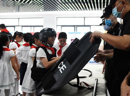图为小学生参观体验警用装备。周毅 摄